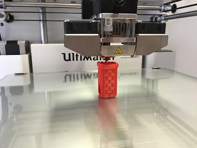 3D tiskárna s šachovým pozadím