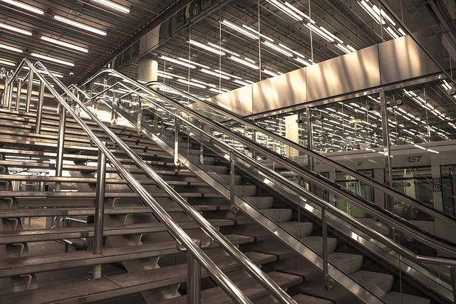 zářivky v nádražní hale