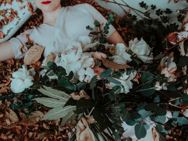 žena drží kytici