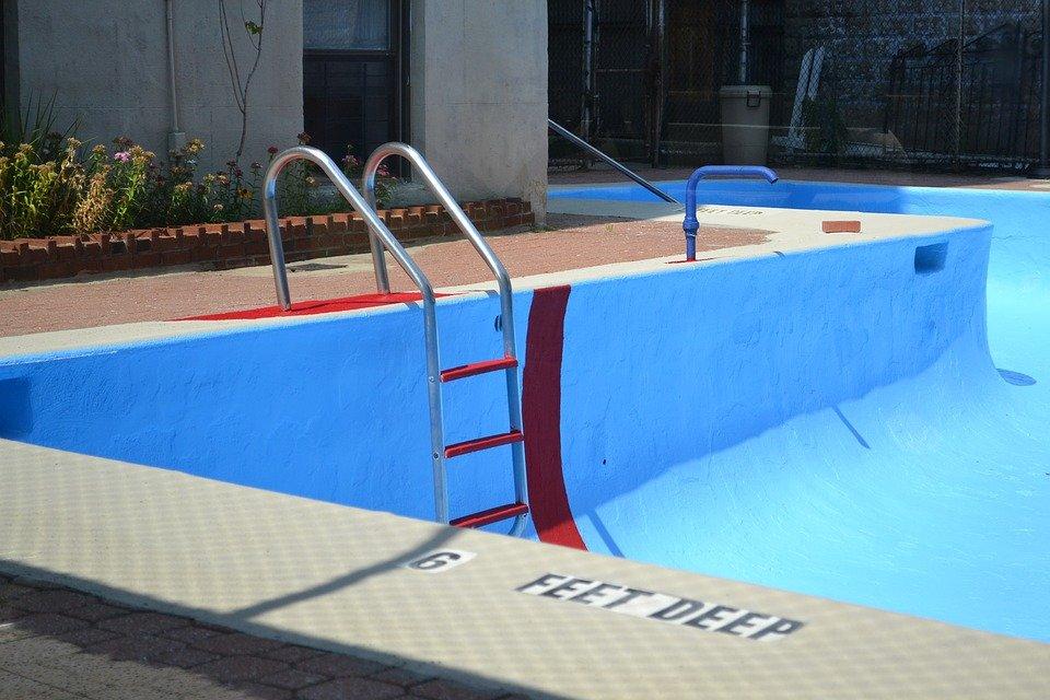 vypučtěný bazén